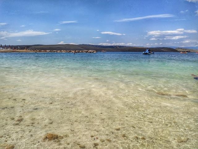 żwirowate plaże w Chorwacji. jasny piasek, turkusowe morze