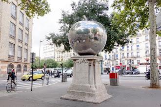 Paris : La Quatrième Pomme, une œuvre de Franck Scurti - XVIIIème