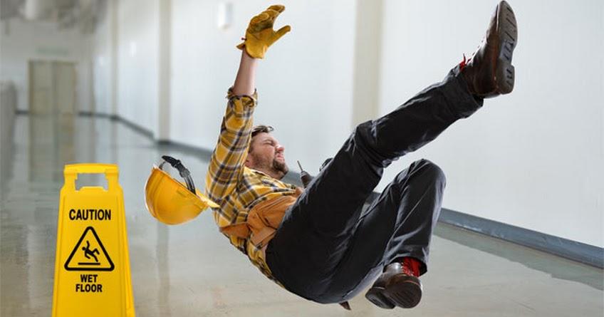 Mengidentifikasi bahaya di tempat kerja ruang server lantai licin