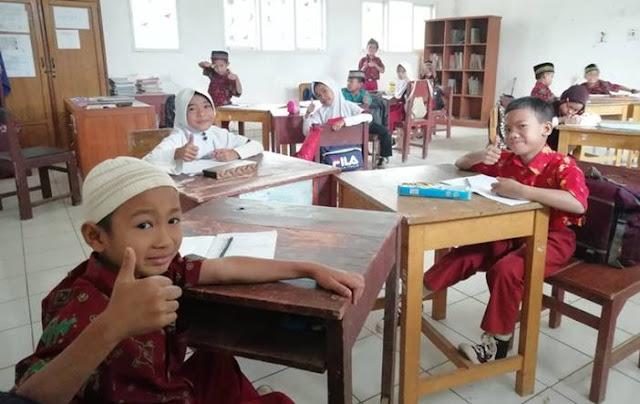 mengajar anak sekolah dasar