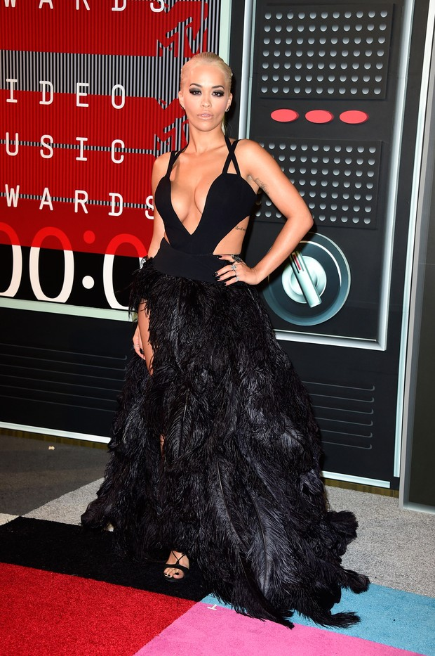Rita Ora bet in skirt made of black feathers with slit up to the thigh
