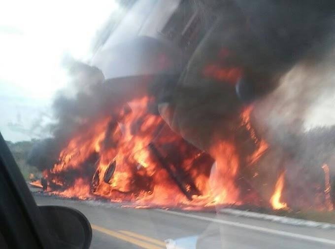 Fogo destrói caminhão com carga de colchões em Russas, no Ceará