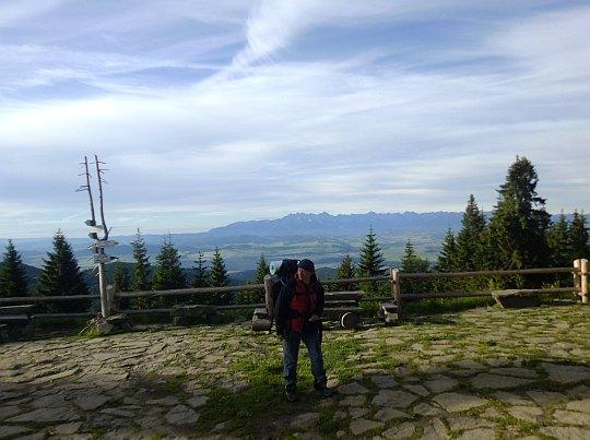 Taras widokowy przed Schroniskiem PTTK na Turbaczu (1283 m n.p.m.).