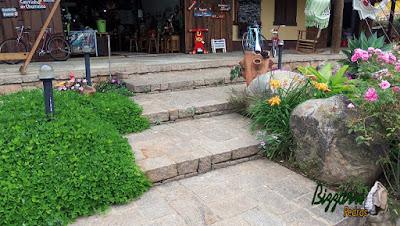 Pedra paralelepípedo para construção da escada de pedra com detalhes com pedra folheta.
