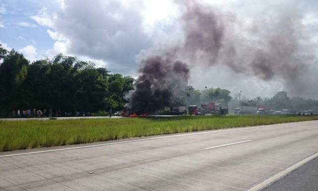 Protesto interdita trecho da BR-101 em Goiana, na Mata Norte de Pernambuco