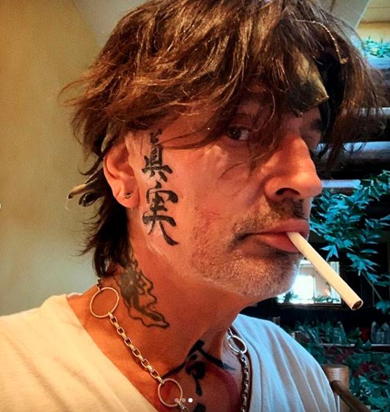 Tommy Lee de Mötley Crüe se tatúa la cara por partida doble