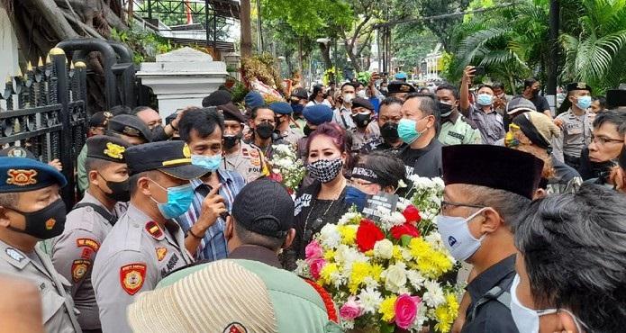 Desak Formula E Dibatalkan, Sejumlah Massa Geruduk Gedung DPRD DKI