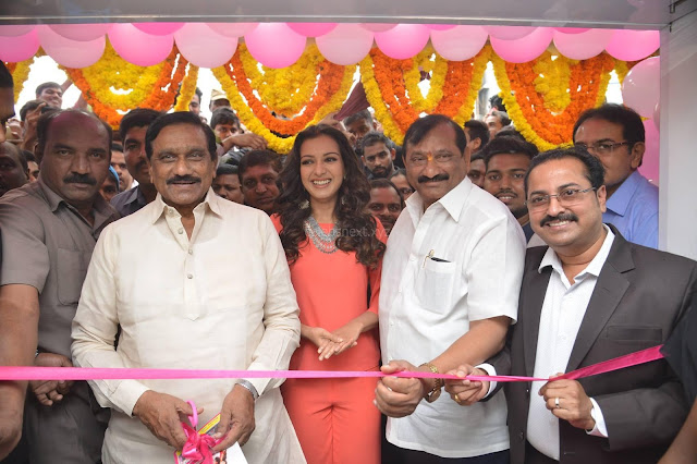 Catherine Tresa in Orange Kurti top and Plazzo at Launches B New MobileStore at Kurnool 10.08.2017 004.JPG