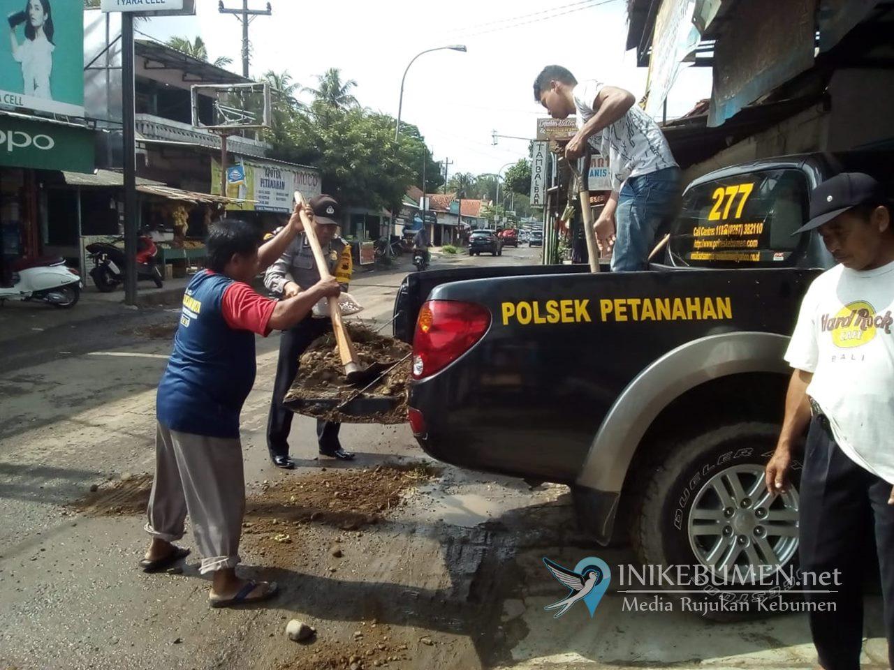 Gunakan Mobil Patroli, Polsek Petanahan Tambal Jalan Berlubang