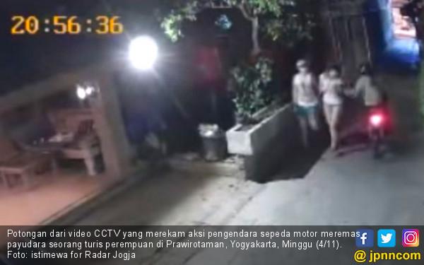 Aksi Peremas Payudara Cewek Bule Terekam CCTV