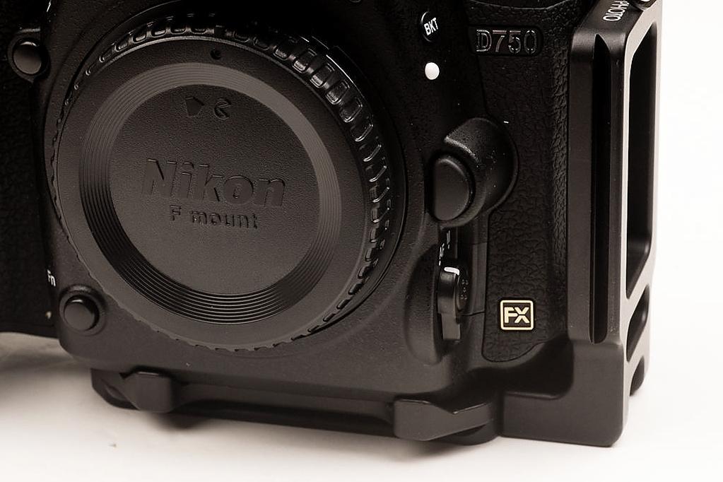 Hejnar PHOTO ND750 L bracket on Nikon D750 front convex edge detail