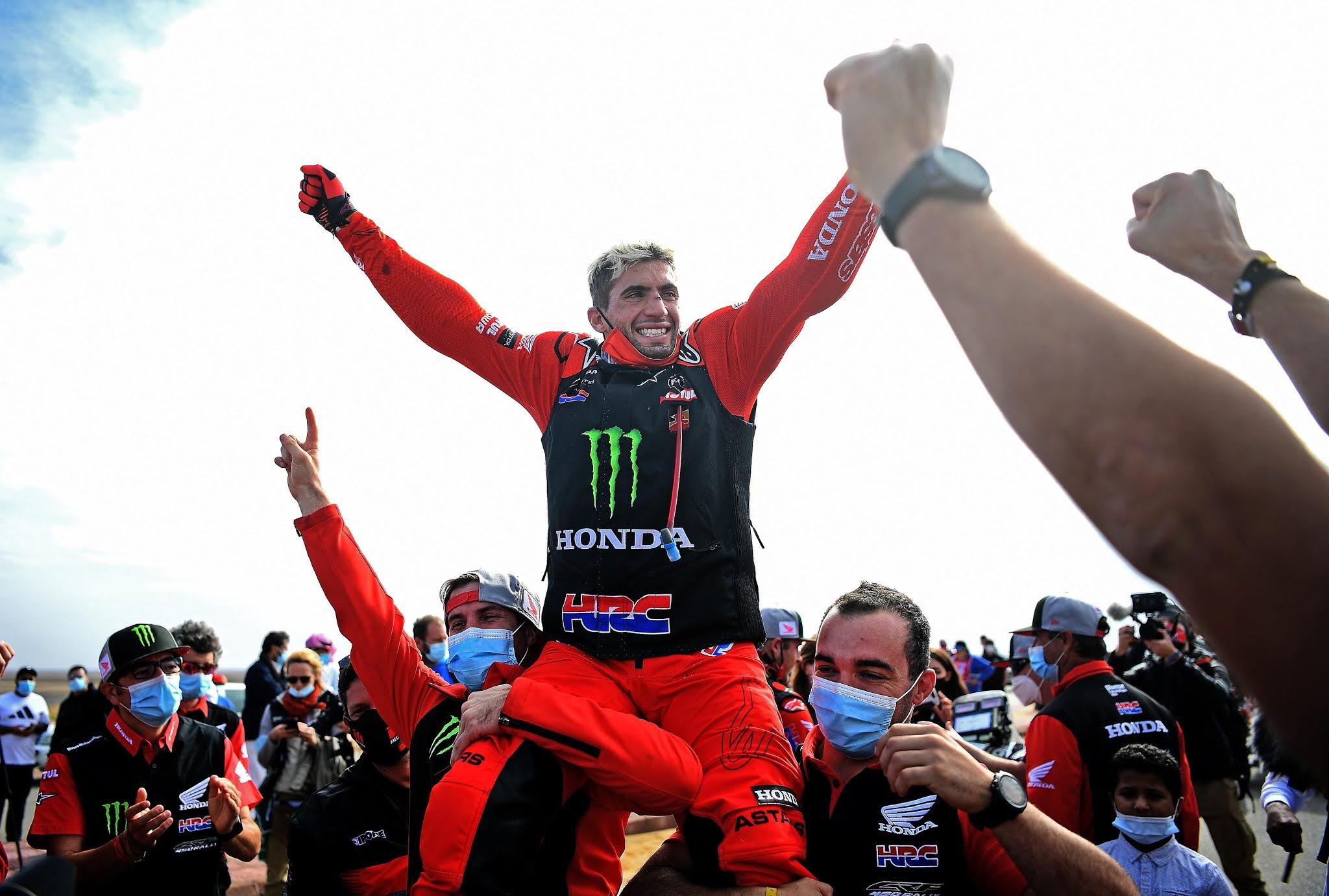 Kevin Benavides, en motos, y Manuel Andújar, en cuatriciclos, son campeones en el Rally Dakar