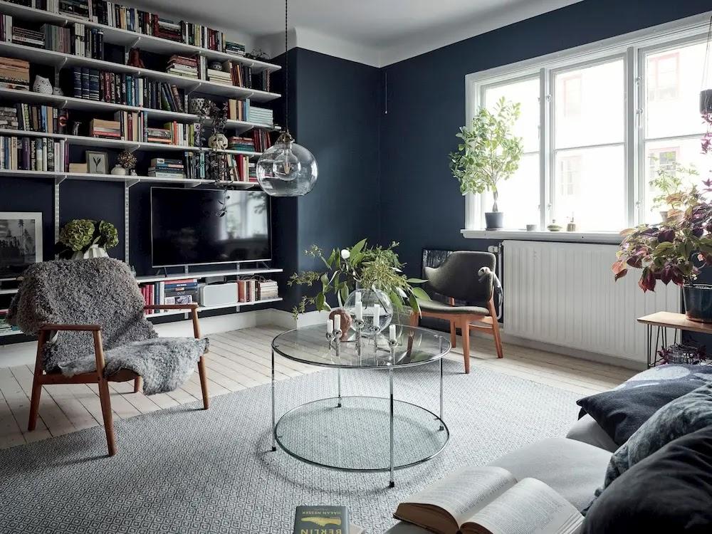 Salón de estilo nórdico con paredes azules y frente con cremalleras y cartelas