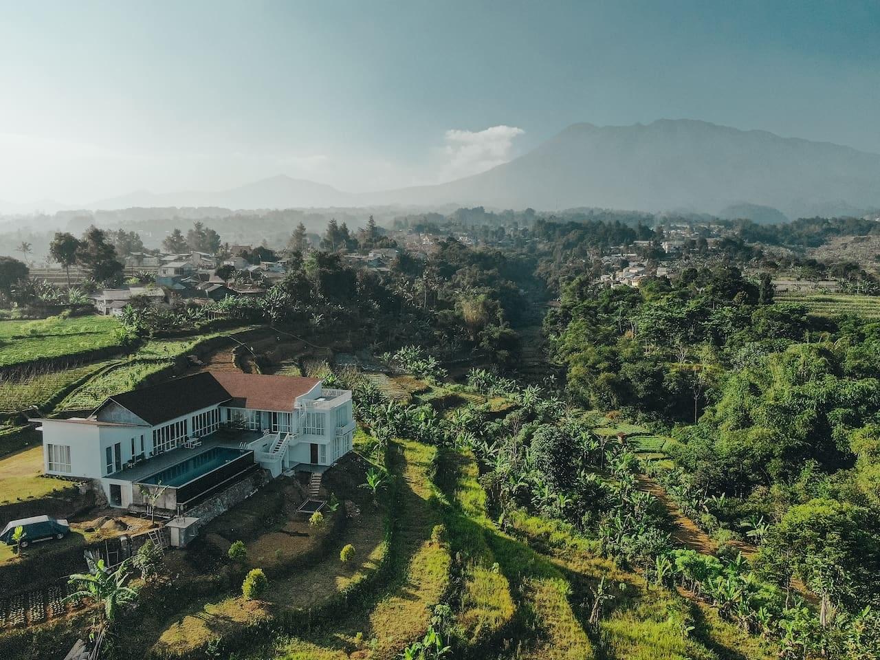 villa di puncak bogor dengan view gunung dan sawah