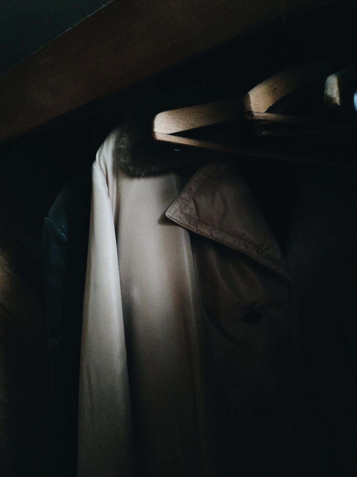 Kabáty ve skříni