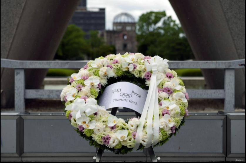 El presidente del Comité Olímpico Internacional, Thomas Bach, colocó una ofrenda floral en el el Parque Conmemorativo de la Paz de Hiroshima el 16 de julio de 2021 / REUTERS