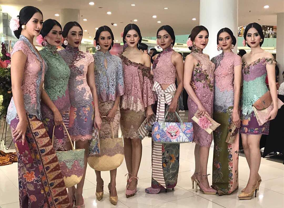 33 Model Baju Batik Kombinasi Brokat Modern Terbaru 2018