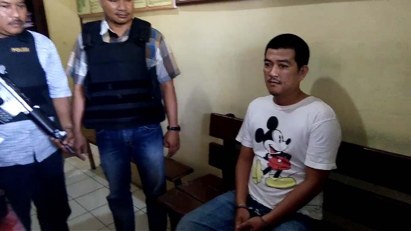 Tersangka pengedar sabu saat berada di Mapolsek Simpang Empat, Asahan.