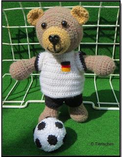 gehäkelter Teddy Bär mit Fußballtrikot