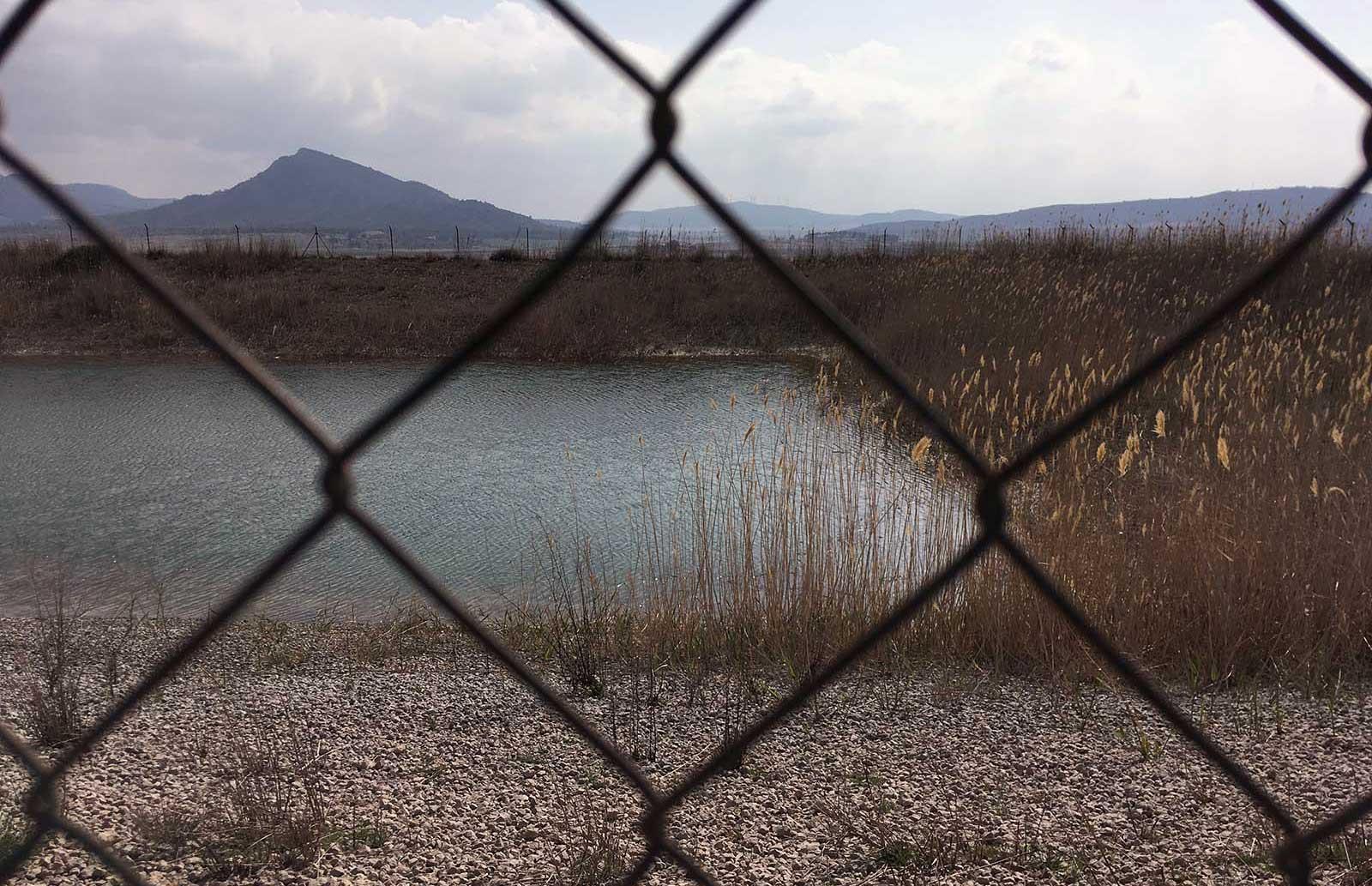 balsa de riego cerca de las Moratillas; el Puerto al fondo