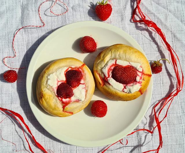 Rezept: Blitzschnelle dänische Erdbeer-Boller. Fast wie Törtchen werden diese Erdbeerbrötchen zubereitet und schmecken lecker und fruchtig-frisch.