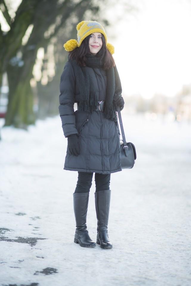 zimowa-stylizacja-z-czapką-z-pomponami