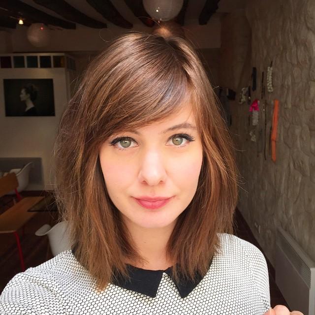 O cabelo com franja está cada vez mais na moda, pois muitas blogueiras e famosas preferiram cortar o cabelo com franja. São muitos estilos de cortes com franjas e por isso é importante escolher oque mais você se identifica. As franjas podem ser para cabelos cacheados, lisos, curto, médio ou longo. São muitas opções para mudar o visual e as vezes fica difícil de escolher. Mas separamos 20 ideias para te ajudar a escolher o melhor corte de cabelo para você. As franjas podem ser retas, curtas, longas ou até mesmo repicadas. Esse estilo de corte é muito fofo e super romântico, além de dá para fazer muitos penteados incríveis com as franjas.