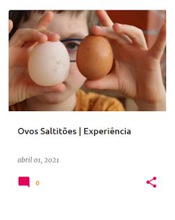 Criança com dois ovos nas mãos: um normal e outro que foi mergulhado em vinagre