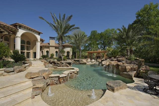 The courtyard of the villa is beautiful in this way.