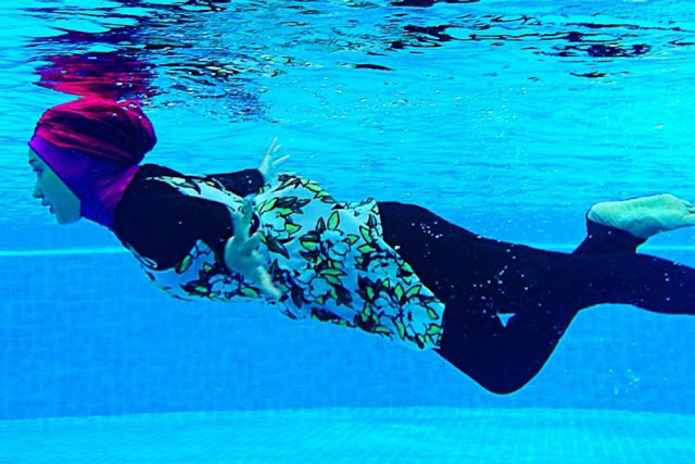Inilah Hukumnya Dalam Islam Ketika Perempuan Berenang di Kolam Umum