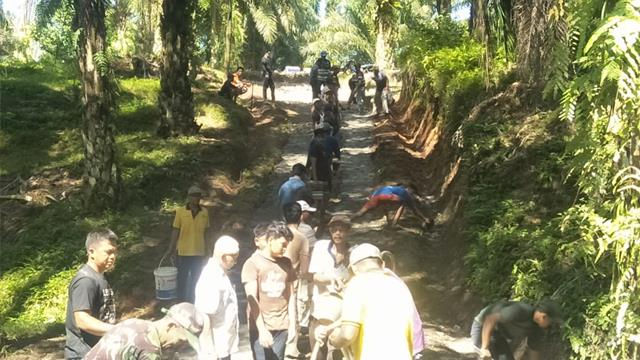 Cegah Kecelakaan, Personel Jajaran Kodim 0207/Simalungun Ajak Warga Gotong Royong Tutup Jalan Berlubang
