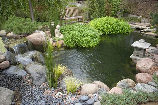 Taman minimalis dengan kolam ikan