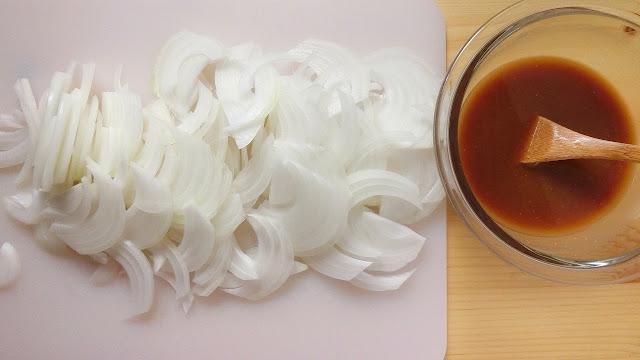 玉ねぎは薄切りにし、【調味料】は小さめのボウルに混ぜ合わせておきます。