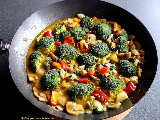 Ulubione curry z kurczakiem, pieczarkami i brokułem - Czytaj więcej »
