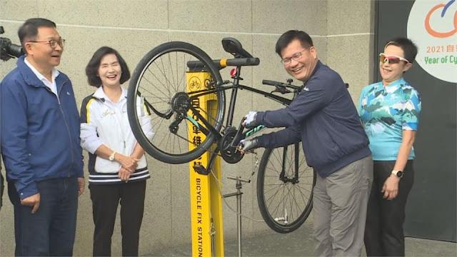 交通部長林佳龍體驗自行車維修樁