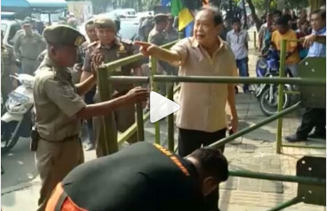 [VIdeo] Aya-aya Wae... Trotrotoar Umum Kok Dipasangi Pagar Besi, Orang ini Ngomel Saat Dibongkar Dishub