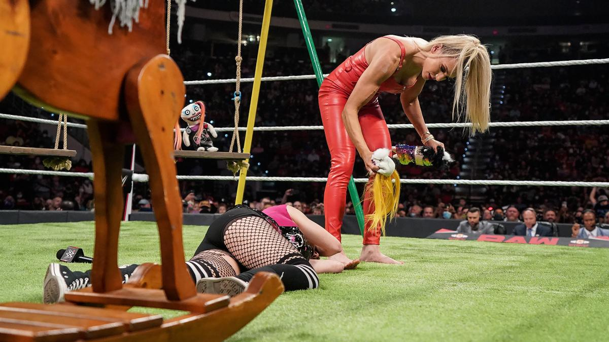 WWE queria que o segmento entre Alexa Bliss e Charlotte competisse com o segmento entre Britt Baker e Ruby Soho na AEW