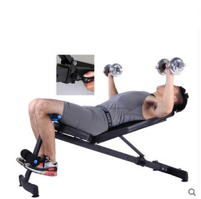 thực hiện đẩy tạ với ghế cong tập bụng