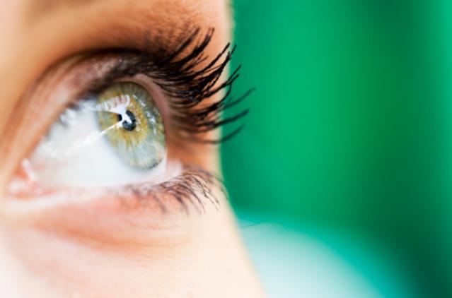 Kelainan Pada Indera Penglihatan Rabun Dekat Penyakit ini disebut juga dengan istilah hipermetropi yang ditandai dengan ketidakmampuan mata melihat obyek dalam jarak dekat. Hal ini disebabkan karena lensa mata terlalu pipih atau bola mata terlalu pendek sehingga bayangan jatuh di belakang retina. Penyakit ini dapat diatasi dengan penggunaan kacamata berlensa cembung (positif).  Rabun Jauh Penyakit ini disebut juga dengan istilah miopi yang ditandai dengan ketidakmampuan mata melihat obyek dalam jarak jauh. Hal ini disebabkan karena lensa mata terlalu cembung atau bola mata terlalu panjang, sehingga bayangan jatuh di depan retina. Penyakit ini dapat ditangani dengan menggunakan kacamata berlensa cekung (negatif).  Rabun Dekat dan Jauh Penyakit ini disebut juga dengan istilah presbiopi yang ditandai dengan ketidakmampuan mata melihat obyek dalam jarak dekat dan jauh. Hal ini disebabkan karena daya akomodasi mata berkurang karena usia lanjut, sehingga penyakit ini banyak dijumpai pada orang tua. Penyakit ini dapat diatasi dengan penggunaan kacamata berlensa rangkap (biofal), yaitu bagian atas berlensa cekung dan bawah berlensa cembung.  Astigmatis Penyakit ini disebut juga penyakit mata silindris yang ditandai dengan penglihatan yang kabur sehingga seseorang tidak mampu melihat garis-garis horizontal dan vertikal secara bersamaan. Penderita memiliki bentuk kornea yang tidak bulat sehingga mengganggu fokus penglihatan. Penyakit ini dapat diatasi dengan penggunaan kacamata silindris.  Rabun Senja Penyakit ini disebut juga rabun ayam yang ditandai dengan ketidakmampuan penglihatan pada saat senja dan malam hari ketika cahaya mulai remang-remang. Penyakit ini diakibatkan karena kurangnya asupan vitamin A. Penyembuhan penyakit ini dapat dilakukan dengan menjaga asupan vitamin A dengan mengkonsumsi makanan-makanan yang mendukung seperti wortel, papaya, dan tomat.  Buta Warna Penyakit keturunan yang terjadi pada kedua mata namun tidak akan memburuk. Penyakit ini disebabkan ka