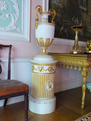 Urn in eating room at Osterley Park (2015)