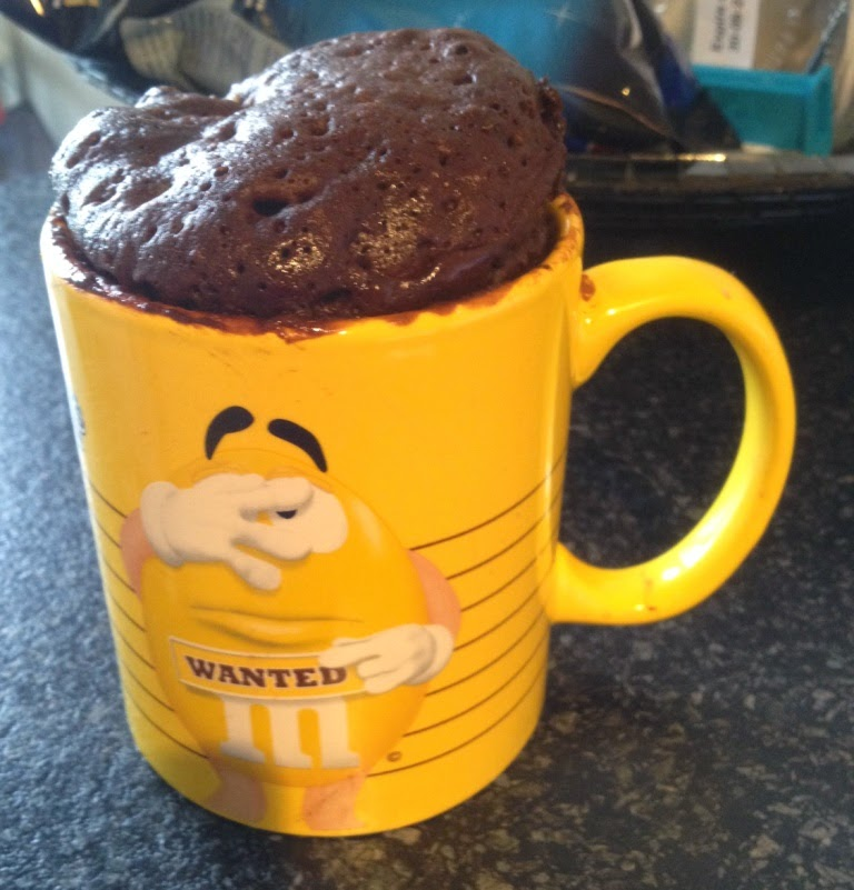 Mug cake of brownie in een mok