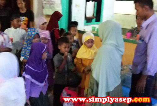 """NASBUNG  :  Anak anak TPA mendapat """"jatah"""" 1 Nasbung (Nasi Bungkus) dengan menu yang berbeda setiap harinya.  Yang membagi adalah dari pengurus atau remaja masjid setempat.  Masya Allah Kerenn. Foto Asep Haryono"""