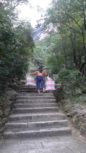 Porteador en las Montañas amarillas de Huangshan