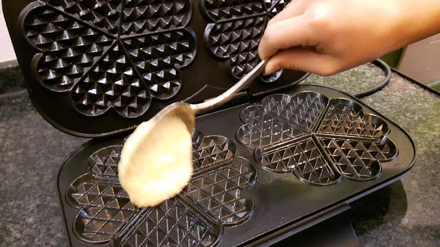 Kinder backen: Waffeln