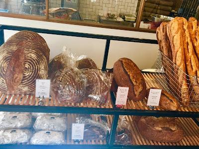 三軒茶屋にあるトリュフベーカリーの大きめのパンたち