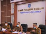 Wali Kota Payakumbuh Riza Falepi didampingi Sekretaris Daerah Kota Payakumbuh Rida Ananda melepas tiga orang putra putri terbaik