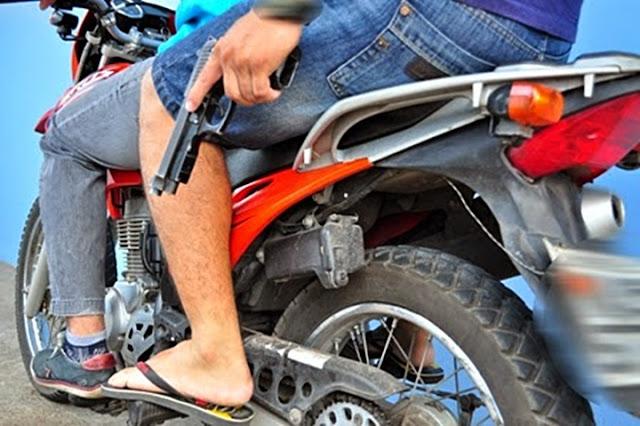 Resultado de imagem para bandidos armados de moto bros