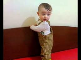 gambar bayi lucu belajar jalan
