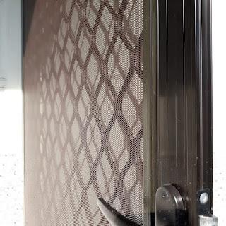 Pemasangan pintu ram nyamuk ibu Yuni Hasanudin