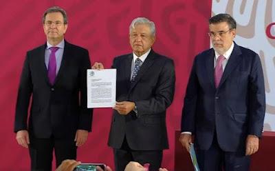 """""""Compromiso cumplido maestras y maestros de México"""": AMLO firma iniciativa para cancelar la Reforma Educativa"""